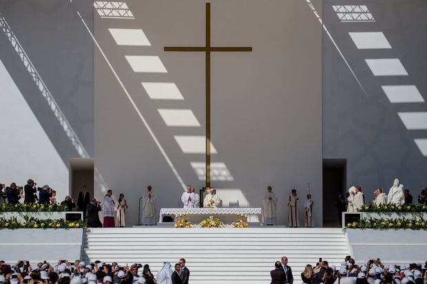 Au stade Zayed Sports City, mardi 5 février, la messe de clôture devant 60 000 fidèles à l'intérieur et 70 000 à l'extérieur.