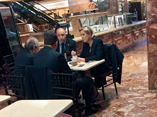 Au Trump's Ice Cream Parlor, le café situé au rez-de-chaussée de la Trump Tower, le 11 janvier. Avec son compagnon Louis Alliot (en face d'elle), Pierre Ceyrac et Guido Lombardi (à sa droite)