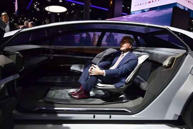 Rupert Stadler, le patron d'Audi, installé à bord de la berline autonome Aicon, à Francfort, mardi.