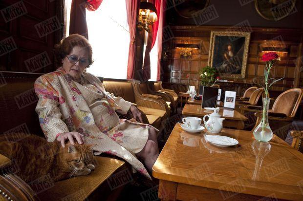 """""""Tea time au bar anglais, avec Carmen, 12 ans, élue chatte mascotte de l'hôtel."""" - Paris Match n°3206, 27 octobre 2010"""