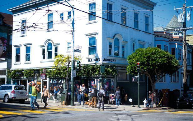 Aujourd'hui, le quartier Haight-Ashbury cultive l'esprit hippie, entre épiceries bio et boutiques de souvenirs.