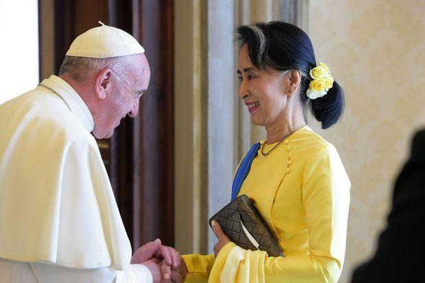 Aung San Suu Kyi cherche le soutien international. Ici début mai : au Vatican avec le pape François.