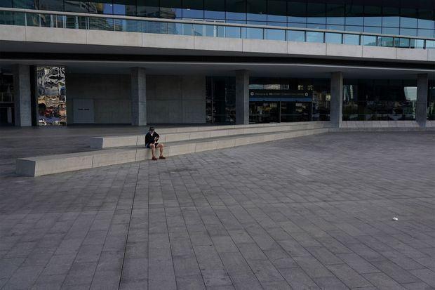 Un homme assis seul à Sydney, en Australie, qui a reconfiné plusieurs villes face au covid-19.