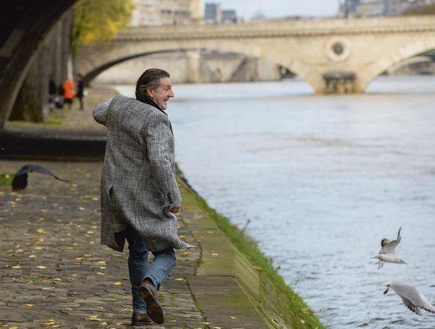 Né à Alger et élevé à Avignon, ce Parisien d'adoption aime se promener sur les berges.