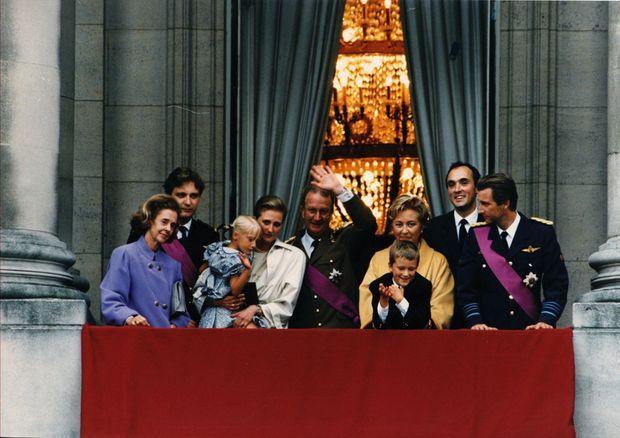 Autour d'Albert II, tout juste intronisé, et de la reine Paola : la reine Fabiola, le prince Laurent, la princesse Astrid, son mari Lorenz d'Autriche-Este et leurs enfants, le prince héritier Philippe. En 1993.