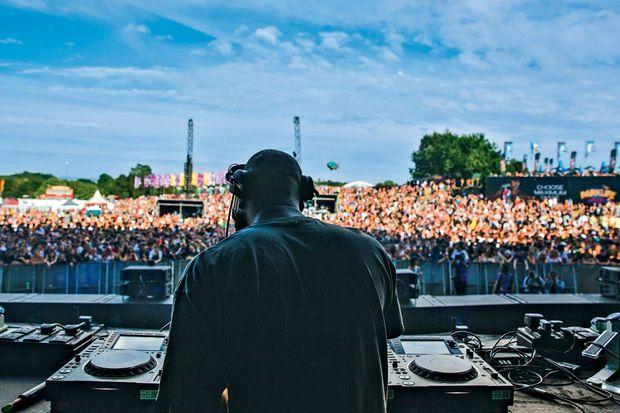 Aux platines, Virgil Abloh enflamme le mythique festival Parklife de Manchester, à Heaton Park, samedi 9 juin.