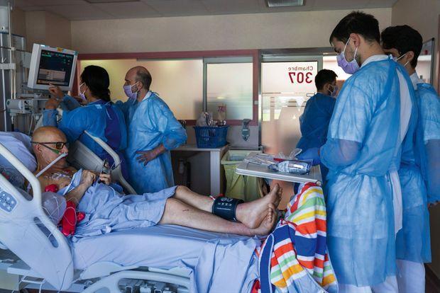 Avant d'être mis sous assistance respiratoire, le patient envoie un dernier message à sa femme et l'équipe s'affaire
