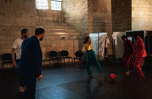 Avant de monter sur scène, partie de foot improvisée. La comédienne Océane Cairaty (au centre) est une ancienne footballeuse.