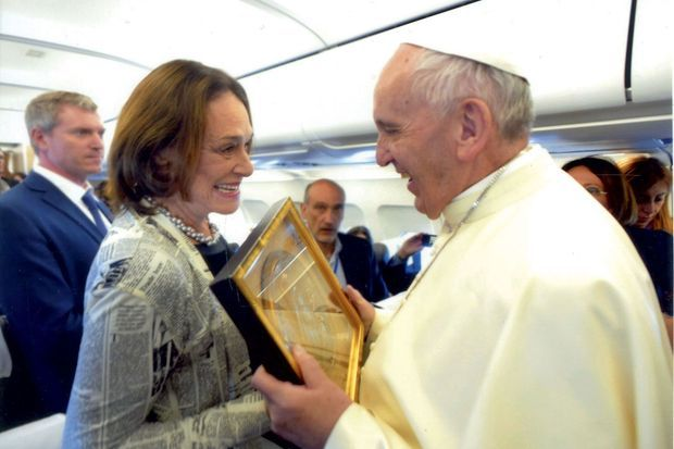 Avant la messe en mémoire de sainte Thérèse, Caroline Pigozzi offre au Pape un médaillon représentant la sainte française.