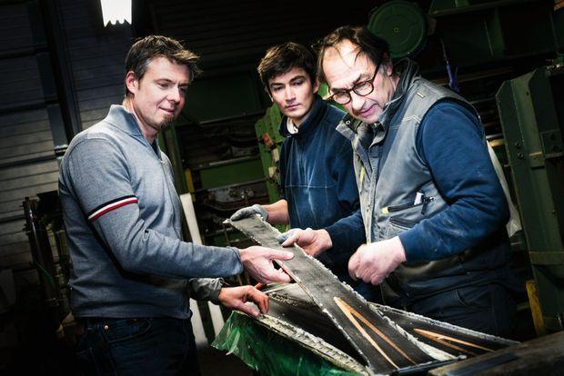 Avec Alain Zanco (à dr.) et son adjoint, Antoine examine une paire de skis tout juste sortie de la presse et dont il faut maintenant peaufiner la finition.