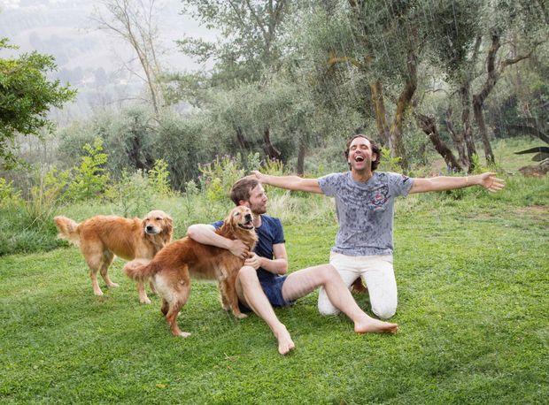 Avec Andy son compagnon depuis dix ans. Près de Florence, en Toscane, ou à Londres, les deux golden retrievers, Melachi et Amira, ne sont jamais loin du couple