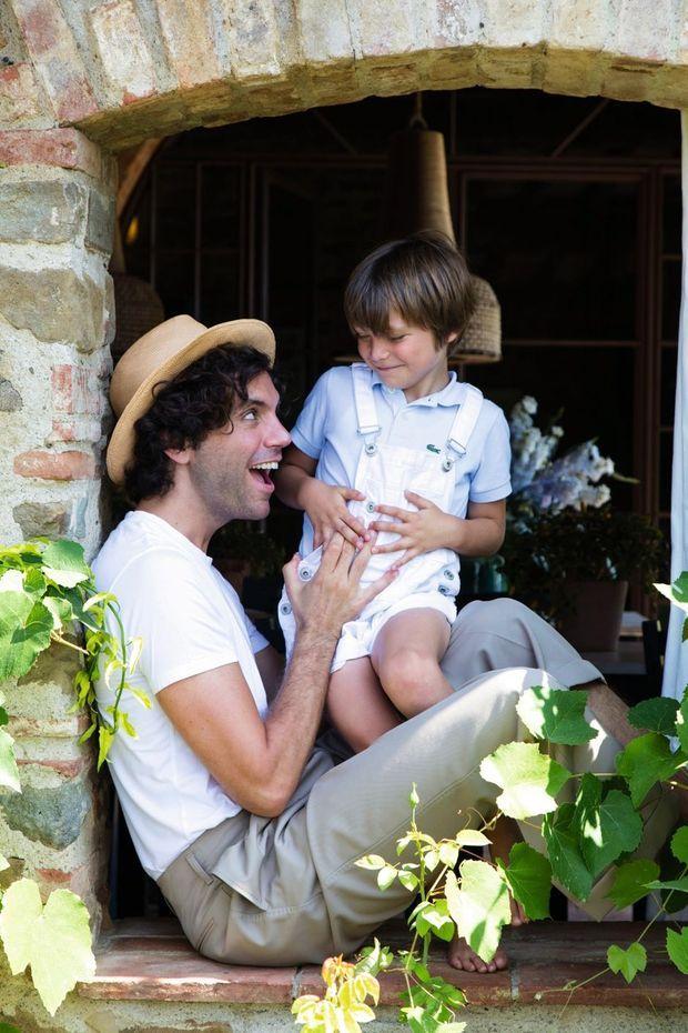 Avec Beauregard, son neveu de 5 ans. Le petit garçon, scolarisé à Paris, fait déjà de la danse et du piano.