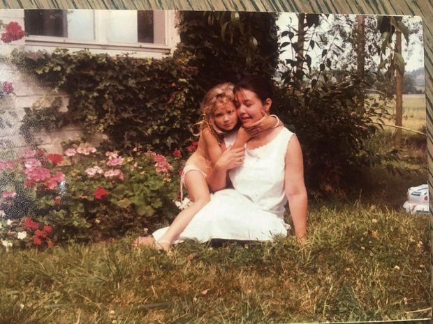 """Avec Carine, ma maman, en 1984. «Solaire. Et libre ! Et aimante ! La phrase de Prévert lui va bien : """"Essayons d'être heureux, ne serait-ce que pour donner l'exemple."""" »"""