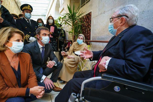 Avec des résidents de l'Ehpad Maison Ferrari le 6 novembre, à Clamart, en compagnie de Brigitte Bourguignon, ministre déléguée chargée de l'Autonomie.