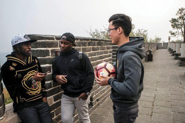 Avec Dramane, son agent, et Arthur, l'interprète, sur la Grande Muraille