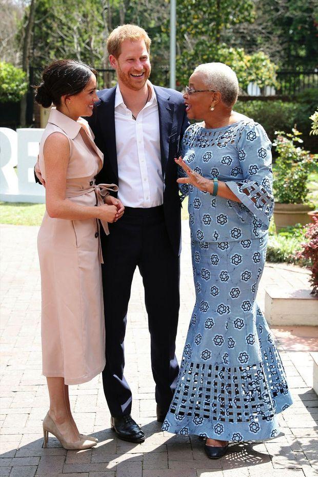 Avec Graça Machel, veuve de Nelson Mandela et ex-ministre mozambicaine de la Culture et de l'Education, qui dit ressentir une bonne « vibration » pour les Sussex. A Johannesburg, le 2 octobre.