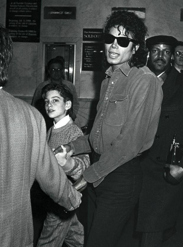 Avec James Safechuck, 10 ans, à New York, en 1988. Le garçon a rencontré le chanteur sur le tournage d'une pub Pepsi. Il déclare aujourd'hui : « Je veux dire la vérité aussi fort que j'ai menti. »