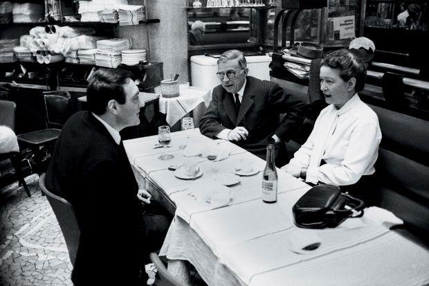 Avec Jean-Paul Sartre et Simone de Beauvoir, un trio d'intellectuels engagés. Ici dans une brasserie parisienne, le 10 décembre 1964.