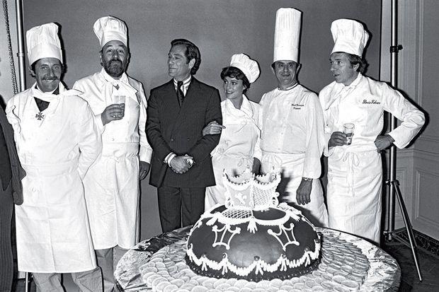 Avec l'équipe de « La grande cuisine » en 1978 : Jean Rochefort, Philippe Noiret, Ted Kotcheff, Jacqueline Bisset et Jean-Pierre Cassel.