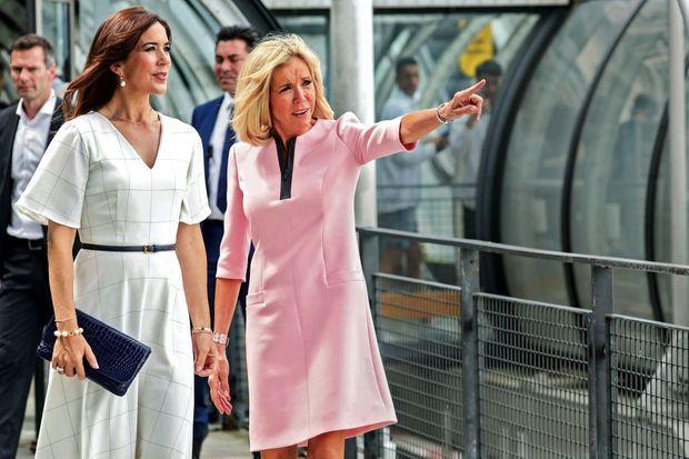 Suivez la guide. Avec la princesse Mary de Danemark, pour la visite de l'exposition de la sculptrice danoise Sonja Ferlov Mancoba, au Centre Pompidou le 24 juin.