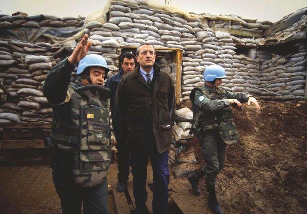 Avec les forces de l'Onu à Sarajevo, en 1994, l'année où sont signés les deux contrats d'armement. Il est ministre de la Défense depuis un an.