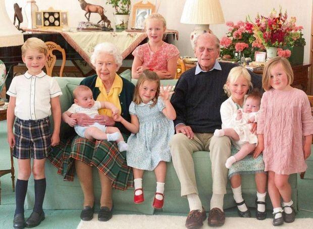 Avec leurs arrière-petits-enfants dont George à gauche, troisième dans l'ordre de succession au trône. À Balmoral en 2018.