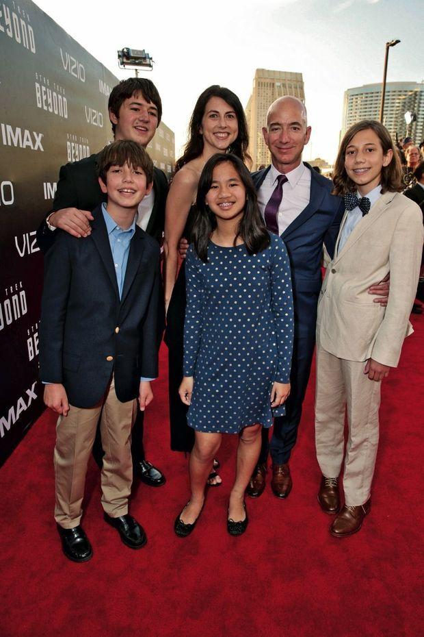 Avec MacKenzie, leur trois fils et leur fille adoptée en Chine, à la première de « Star Trek : sans limites », à San Diego, en juillet 2016.