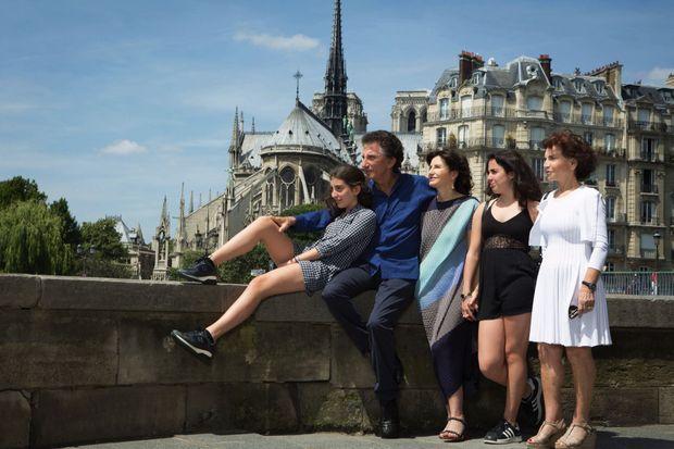 Avec Monique, leur fille Caroline, leurs petites-filles Rebecca (à g.) et Anna. À Paris, en 2015.