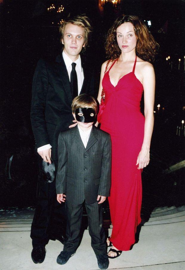 Avec sa femme, Marine Delterme, et le fils de celle-ci, Gabriel Ecoffey, en 2004 pour la première parisienne d'«Arsène Lupin ».