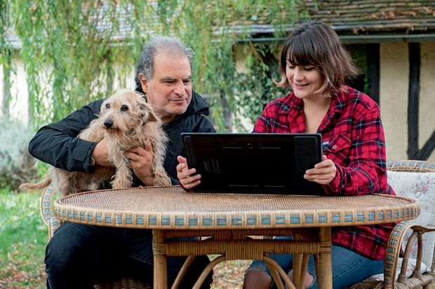 Avec sa fille, Fanny, qui a dessiné l'étiquette de la prochaine cuvée, et leur chien, Click.
