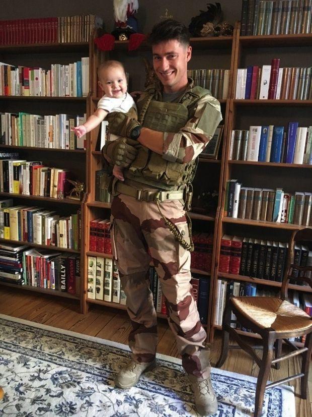 Avec sa fille, Victoire, 5 mois, en septembre 2019, la veille de son départ pour le Mali