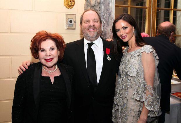 Avec sa mère Miriam et son épouse Georgina Chapman, il fête sa Légion d'honneur au consulat général de France à New York, le 4 avril 2012.