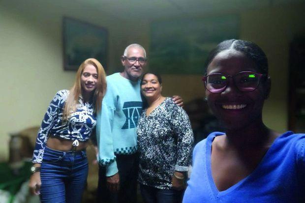Avec sa sœur Angelis, 28 ans, ses parents, Fernando et Lesbia, chez eux, en 2020