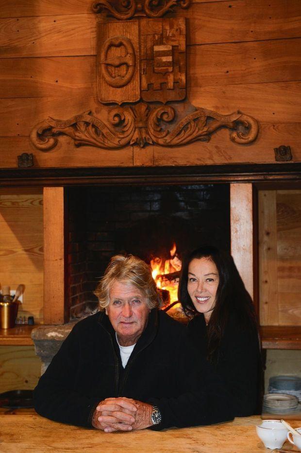 Avec Sandra devant la cheminée monumentale de la cuisine, sa pièce de prédilection.
