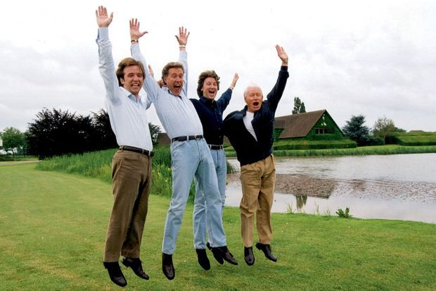 Avec ses fi ls dans le parc du siège social, en 2001. De gauche à droite : Jean-Sébastien, 23 ans, Jean-François, 42 ans, Jean-Charles, 31 ans, et Jean-Claude, 63 ans.
