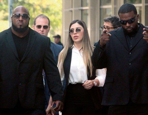Avec ses gardes du corps, à la sortie du tribunal fédéral de Brooklyn le 17 juillet 2019. Son mari vient d'être condamné à la perpétuité.