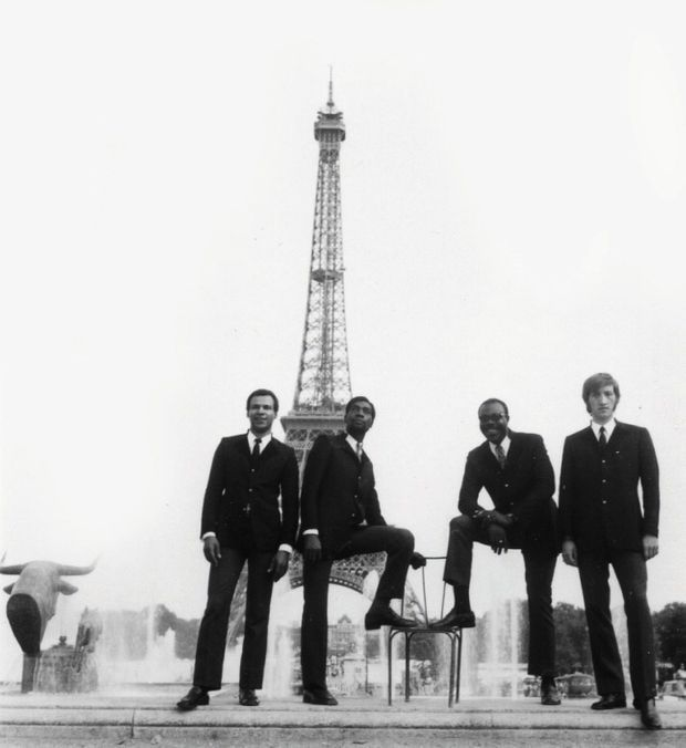 Avec ses musiciens, Lucien Dobat, Jeannot Karl Mandengue et Slim Pezin, à la fin des années 1960.
