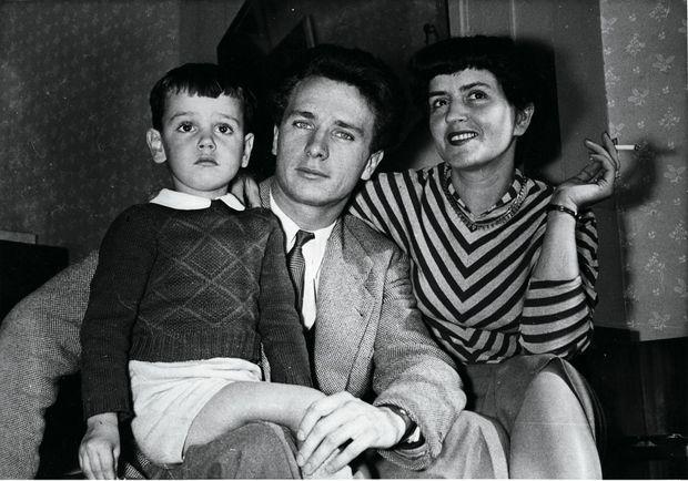 Avec ses parents, Maurice Jarre et France Pejot. Ils se séparent avant ses 5 ans.