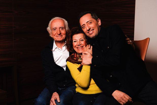 Avec ses parents, David et Régine Elmaleh. Le 11 janvier à Paris.