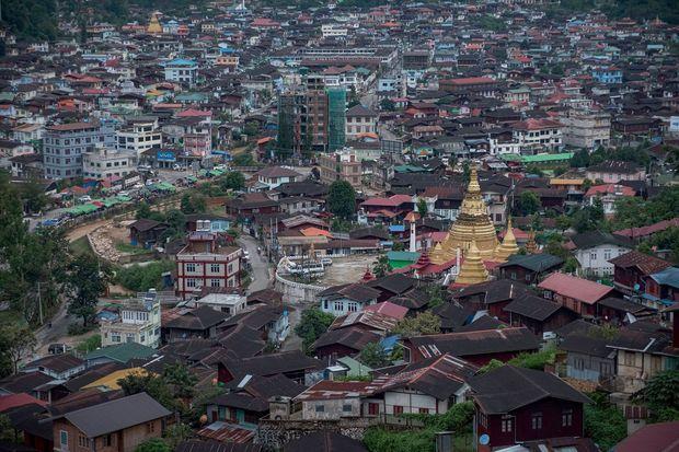 Avec ses temples et ses stupas dorés, la plaine de Mogok attire aussi les touristes.