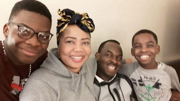 Avec son frère, Austin, sa mère, Oluwatoyin, et son père, Kayode