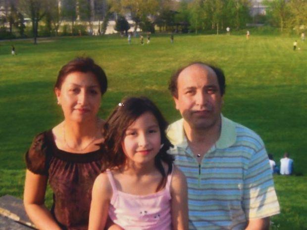 Avec son mari, Kerim, et sa fille Gulnigar à leur arrivée en France, en 2006, comme réfugiés.
