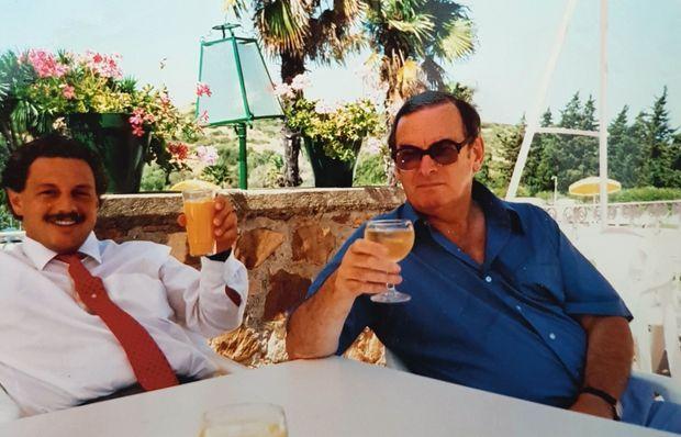 Avec son père adoptif, Patrick Witcomb, sur la Costa del Sol, en 1989.