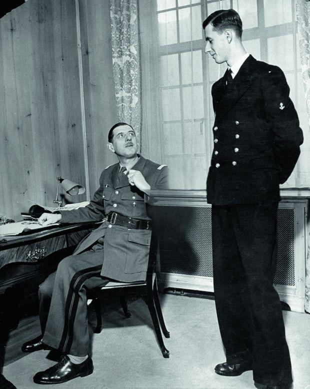 Avec son père dans le bureau de Carlton Gardens, à Londres, le QG des Forces françaises libres, en 1940. Cliché partiellement effacé.