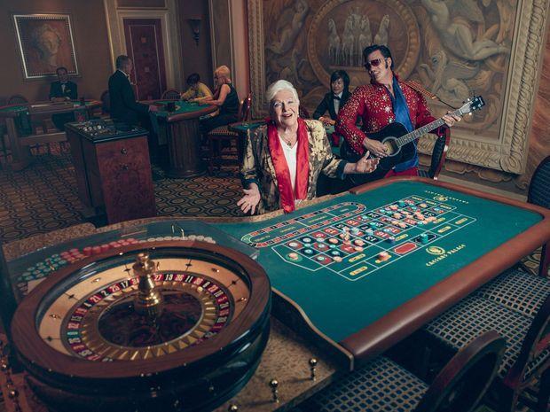 Avec un des nombreux sosies de son ami Elvis Presley. Dans la salle de jeu du Caesars Palace, aujourd'hui dirigé par Gary Selesner