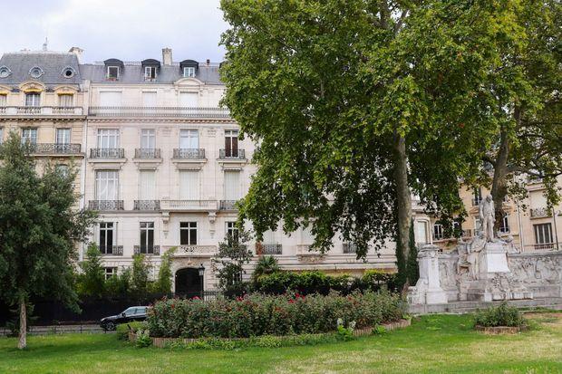 Devant la propriété de Jeffrey Epstein à Paris, avenue Foch.