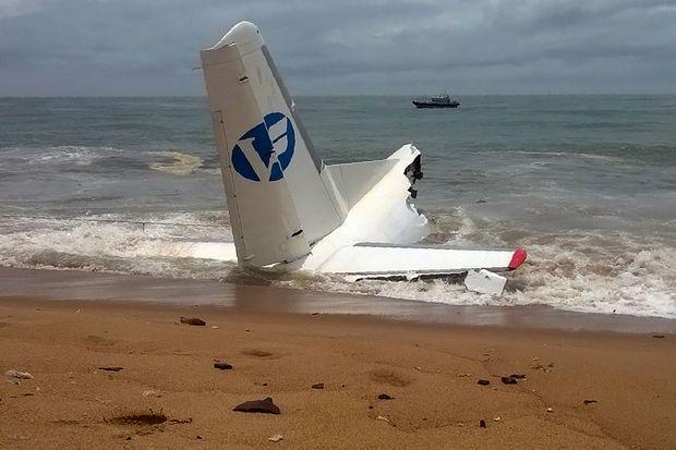 Une photo de l'épave de l'avion, samedi, près d'Abidjan.