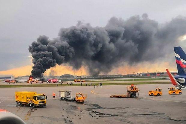 L'appareil en flammes, lundi, à l'aéroport de Moscou-Cheremetievo, sur des images fournies par les autorités.