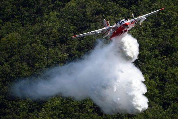 Un avion Tracker de la Sécurité civile intervient à Dignes-les-Bains en juillet 2012. A l'époque, ces avions avaient déjà été considérés comme vieillissants par un rapport sénatorial.