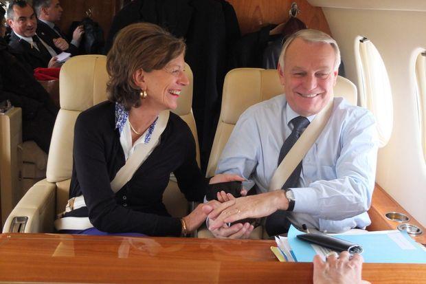Le vendredi 16 novembre 2012, le Premier ministre, main dans la main avec son épouse Brigitte dans l'avion qui les ramène en France après sa première visite officielle, à Berlin.